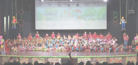 Juegos y rondas infantiles en la Presentación de Navidad de Kindergarten