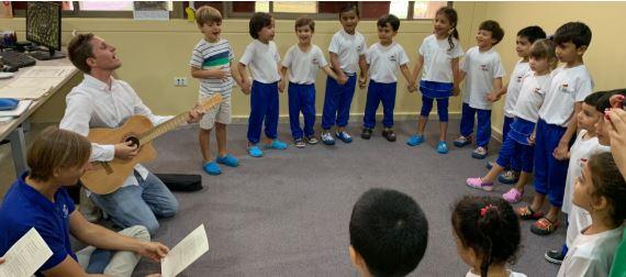 Nuestros niños de Prekínder 4 cantaron con el Rector