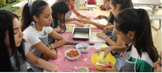 Estudiantes de la Klasse 11 se inspiraron en 'Como agua para chocolate' para preparar platos mexicanos