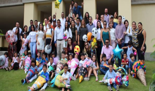 La entrega del Cono Escolar brindó mucha alegría a los estudiantes y padres de la Klasse 1